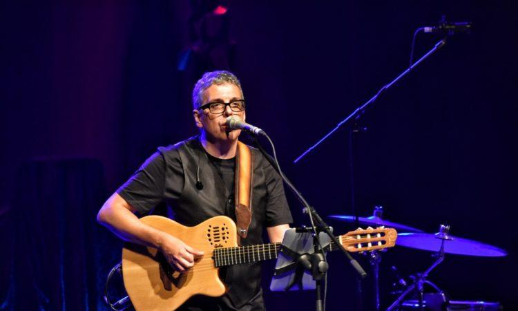 Pedro Guerra endulza y emociona a Lanzarote con sus golosinas. Crónica de Conciertos Lanzarote