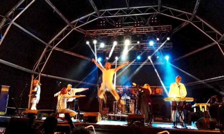 FM Belfast , O'Funk'illo, Cycle, Monkey Faces, Skatoons y Kardomillo completan el cartel junto a la banda islandesa para la jornada de conciertos en la Playa de El Reducto.