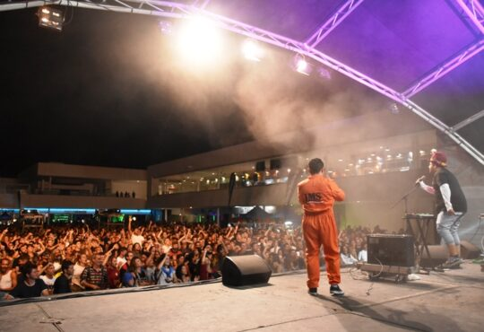 La séptima edición del Festival Arrecife en Vivo dio el pistoletazo de salida con un viernes a toda música con las actuaciones destacadas de Instituto Mexicano del Sonido y Capsula.