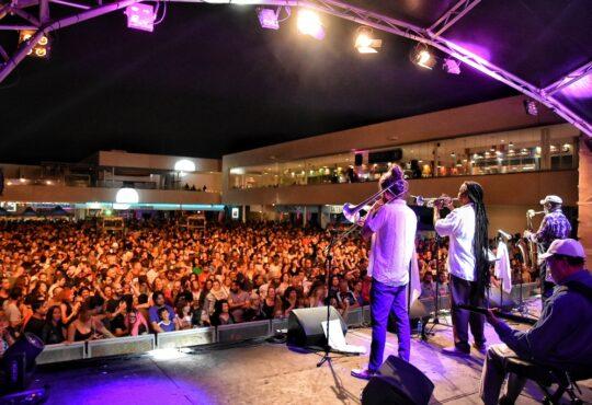 La veterana banda jamaicana The Skatalites junto a los londineses The Fuzillis y la actuación callejera de Kolpez Blai hicieron que Arrecife viviera una fiesta total.